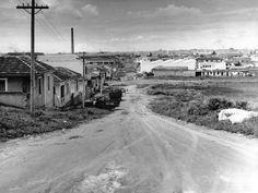 Rua sem asfalto na Vila Maria, na década de 50. O bairro surgiu em 1917 do loteamento do sítio Bela Vista.Em meados do século 20, a fim de levar o progresso e o desenvolvimento para a região, foi construída a ponte de madeira que atravessava o Tietê. Até então, só era possível passar de barco. As ruas não tinham calçamento e as pessoas pescavam no rio