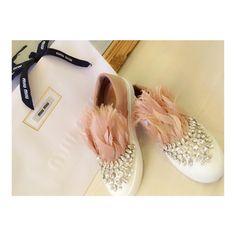 2017SSの新作のお靴 ビジュー使いも今までのと違うし フェザーもふわふわしててかわいい もう一足も早く届かないかな  #miumiu  #miumiushoes #2017SS #miumiu2017 #bijou #sneaker  #ミュウミュウ #スリッポン #スニーカー #フェザー #きらきら #ふわふわ #雨降ったらやばいやつ #来週もたのしみ