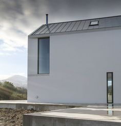 Narrow floor to celing window House at Maghera by McGonigle McGrath Contemporary Barn, Modern Barn, Eco Architecture, Contemporary Architecture, Piscina Interior, Rural House, Ireland Homes, Exterior Cladding, Interior Exterior