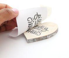Eigen teksten wrijven op hout?! Ja! dat kan heel makkelijk. Met een Transfermarker! Daarmee heb je binnen enkele tellen een tekst overgebracht op hout (werkt ook op papier, stof en klei!)
