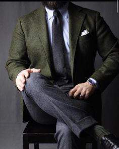 Gentleman style 200550989645507672 - love the olive blazer paired with darker grey trousers and tie Source by gentlemanwithin Der Gentleman, Gentleman Style, Mode Masculine, Mens Fashion Suits, Mens Suits, Classy Suits, Grey Trousers, Herren Outfit, Men Formal