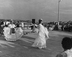 ¡Ay que bonito es bailar a las dos de la mañana! La Bruja, baile típico del estado de Veracruz Las mujeres llevan una veladora encendida en la cabeza