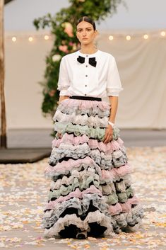 Chanel Spring 2021 Couture – Classy and fabulous way of living Chanel Couture, Boutique Haute Couture, Haute Couture Looks, Style Couture, Couture Details, Haute Couture Fashion, Primavera Chanel, Couture Week, Fashion Week