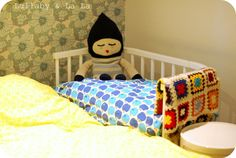 Really love the colours and stuff in this picture - the apple duvet, vintage wallpaper, knitted doll, crochet blanket and the baby bed (which I also happen to have). So nice to have your baby next to you all night!