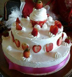 torta helada con fruta y cupcake