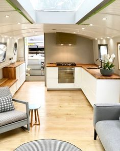 28 Amazing Tiny Homes Interior Design Ideas - Roxy - Neu Pin Tiny House Interior, House Boat, Boat House Interior, Narrowboat Interiors, Home Interior Design, Floating House, Barge Interior, Houseboat Living, House Interior