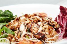 Os presentamos otra de nuestras novedades, esta vez una ensalada, su nombre es Samui, y se trata de pollo marinado, sésamo, verduras, nueces y salsa especial Yakthai. ¡Toda una delicia!
