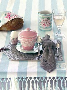 Las mesas se vuelven unas frescas  Los manteles oscuros, tan elegantes durante el invierno, ahora dejan paso a modelos refrescantes: azul cielo, lima, rosa pálido...