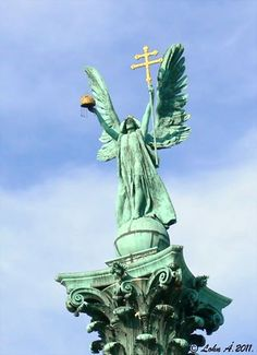 Gábriel arkangyal - a győzelem géniusza - a 36 méter magas korinthoszi oszlop tetején - Millenniumi (ezredéves)-emlékmű - Hősök tere - Budapest - Hungary
