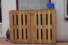 Opbergruimte van pallets om kunststof vuilcontainers te verbergen.