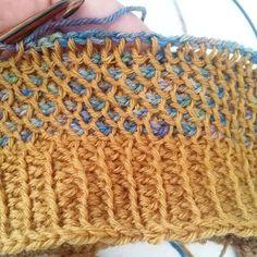 Forsiden, perlehækling, håndfarvet garn fra @flotgarn.dk og Arawetta i sennep fra @filcolana #tunesiskhækling #hæklhæklhækl #crochet #crochetpattern #tunisiancrochet #skønnefarver Hue design inspireret af @johanneneesgaard fine hue