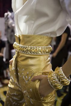 Balmain gold high-waisted belted pants with matching bracelets and a white top. I love high-waisted pants and shorts. Fashion Details, Look Fashion, High Fashion, Fashion Design, Net Fashion, Fashion Week, Runway Fashion, Womens Fashion, Fashion Trends
