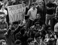 """A matéria do jornal comenta o aumento do número de universitários em todo o mundo, reconhecendo a existência de um """"poder jovem"""". Passeata no Rio de Janeiro, 23 de junho de 1968. Correio da Manhã"""