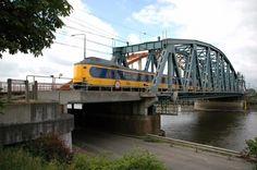Als tegentrein vanuit Arnhem naar Deventer komt een ICM over de IJsselbrug station Zutphen binnen.