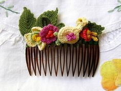 Check out these charming crocheted hair combs, found via the Spanish blog/shop Vestida de Domingo. Nice vintage vibe!
