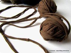 A grande richiesta ecco il tutorial per imparare a fare il filato con i collant, quello con cui ho fatto la borsa Nylon.  E' un procedimento che si usava mo