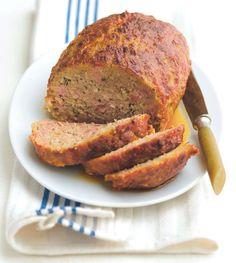 1. Do pánve dejte nadrobno nakrájenou slaninu a nechte ji opražit, až pustí tuk. Pak přidejte cibuli a obojí smažte, aby cibule zesklovatěla. Dejte přitom pozor, aby cibule ani slanina neměly kůrku. 2. Do mísy dejte mleté maso a přidejte nejdřív rohlíky, které předtím namočte do vlahého mléka a pak vymačkejte. Maso začněte rukama míchat a přidávejte všechny ostatní ingredience a koření. 3. Když maso drží pohromadě, vyndejte ho z mísy a zpracovávejte vše na vále. Než ji dáte do pekáče, klidně…
