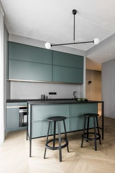 grey kitchen interior This apartment features an open-plan kitchen, living and dining room with a series of colourful accents, including green cabinets in the kitchen, as well as Interior Modern, Interior Design Kitchen, Modern Interior Design, American Interior, Apartment Renovation, Apartment Interior, Room Interior, Kitchen Living, New Kitchen