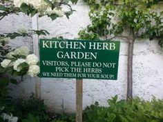 Hinweis im Kräutergarten der sympathischen Fernsehköchin Catherine Fulvio ist sehr verlockend/ beautyful cottage garden Ireland