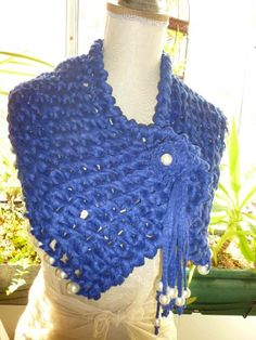 Capa em crochet feita com lã e trapilho.