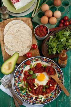 An easy and tasty huevos rancheros for Cinco de Mayo. Spanish Dishes, Mexican Dishes, Mexican Food Recipes, Huevos Rancheros, Healthy Foods To Eat, Healthy Recipes, Breakfast Around The World, Think Food, Breakfast Recipes