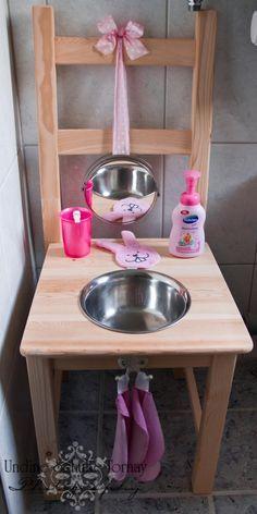 Das ist Leonoras Waschtisch. Wir haben ihn aus einem IKEA Ivar Stuhl, einem Spiegel und einer Salatschüssel mit Rand gebaut. Nun kann sich das Mäuschen dort beim Händewaschen, Zähneputzen und Plans...