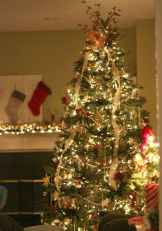 Gorgeous Christmas tree and tutorial for an ornament garland for mantel