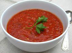 Deze Gazpacho wordt koud geserveerd en is heerlijk voor een zomerse lunch. Gazpacho Bevat weinig calorieën. Kan als maaltijd dienen. Bereiding. Snij de korst van het witte brood (oud brood is het l...