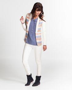 Stijlvolle blazer met leatherlook mouwen en revers. Dit fashionable item  mag zeker niet ontbreken in b4e41c41316aa