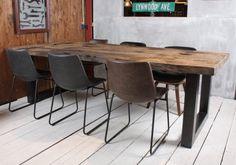 ZWAARTAFELEN I Stoere tafel van Zwaartafelen met een industriële uitstraling. Handgemaakt van oud eiken en zwart stalen onderstel. Voor meer inspiratie kun je terecht op onze website of in de showroom I www.zwaartafelen.nl