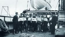 When the Titanic took on new passengers, the crew conducted drills to be sure people knew what to do in case of an emergency. Here, we see individuals wearing the cork-filled life jackets which Titanic carried onboard the ship. Rms Titanic, Titanic Photos, Titanic Sinking, Titanic History, Belfast, National Geographic, Liverpool, Titanic Survivors, Modern History