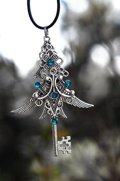 Divine Celtic Key Necklace, by KeypersCove, -- there are many other gorgeous necklaces here, too Key Jewelry, Cute Jewelry, Old Keys, Antique Keys, Vintage Keys, Keys Art, Magical Jewelry, Key Necklace, Necklaces