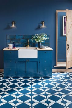 Classic Blue : Pantone Colour of the Year Create a bold statement by using Classic blue throughout your kitchen. Geometric vinyl flooring, blue walls, blue tiles and blue kitchen cabinets. Blue Kitchen Cabinets, Kitchen Tiles, Kitchen Flooring, Kitchen Furniture, New Kitchen, Island Kitchen, Kitchen Decor, Latest Kitchen Trends, Latest Kitchen Designs