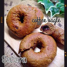 SD内でベーグルスナップ見るたびに作りたくなってて、今日やっとつくれた〜  コーヒーとナッツを練りこんだ生地にして中にチョコを入れ込みました〜✨ ♪(๑ᴖ◡ᴖ๑)♪  チョコが飛び出したやつもあったけど、美味しく出来ました✌️ - 202件のもぐもぐ - ☕️コーヒーベーグル☕️チョコ&ナッツ入り by sakuchin