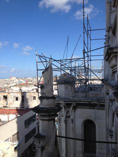 Operación de retirar la torres de la fachada de la Iglesia de Reina ante el excesivo peso que agregaban al muro.