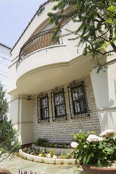 窓辺を表情豊かに飾るロートアイアン。|テラス|デザイン|ナチュラル|タイル|インテリア|