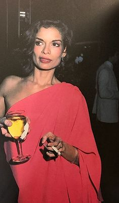 Bianca Jagger rocks Halston vintage fashion at Studio 54 Studio 54 Fashion, Studio 54 Style, 70s Fashion, Vintage Fashion, Disco Fashion, Seventies Fashion, Vintage Couture, Fashion 2018, Runway Fashion