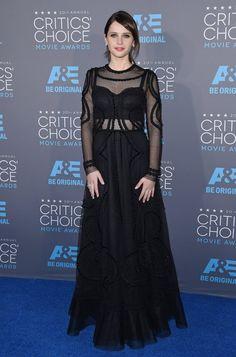 Pin for Later: Felicity Jones hat ein ganz einfaches Erfolgrezept Bei den Critics' Choice Movie Awards im Januar 2015 In Dolce & Gabbana.