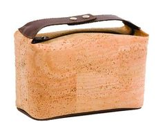 Kosmetiktasche mit praktischem Gurt: http://www.korkstyle.de/handtaschen/reise/266/kosmetiktasche?c=21