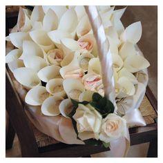 Cesto in vimini con foglie e petali di fiori per matrimonio