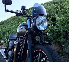 Something so vibrant can only be described as a masterpiece. Credit: Triumph Street Twin Featuring the Dark Tint Classic Flyscreen! SHOP LINK IN BIO Triumph Street Twin, Triumph Bonneville, Triumph Motorcycles, The Darkest, Twins, Wheels, Vibrant, Bike, Canning