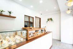 큐플레이스 :: 상가 인테리어 비교견적 서비스 Bakery Shop Interior, Bakery Shop Design, Bakery Display, Milk Shop, Cake Shop, Coffee Cafe, Entryway Tables, Minimalism, Kitchen