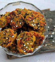 Methi na Muthia Gujarati Cuisine, Gujarati Recipes, Indian Food Recipes, Gujarati Food, Healthy Indian Snacks, Easy Healthy Recipes, Easy Meals, Vegetarian Lunch, Vegetarian Recipes