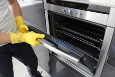 Easy Cleaning Tips Love Your Oven: Keep the heart of your kitchen clean by lining the bottom with a nonstick ovenliner. It can be wiped with a paper towel, put in the dishwasher, and reused over and over. Aga Oven, Oven Range, Office Cleaning Services, Cleaning Companies, Deep Cleaning, Spring Cleaning, Rug Cleaning, Cleaning Hacks, Professional Oven Cleaning