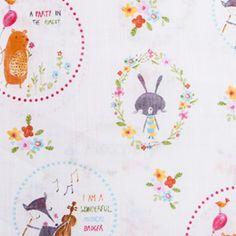 Ursos, coelhos e raposas celebram a chegada da primavera com música e muita animação. Este alinhado de fundo branco é perfeito para as cortinas do quarto dos mais pequenos.