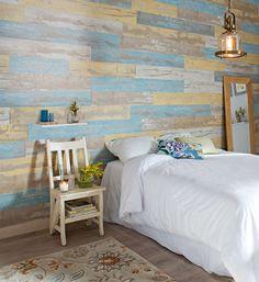 Un revestimiento con aspecto de madera decapada en distintos colores le da personalidad a las  paredes de interior y es sencillo de instalar y de limpiar