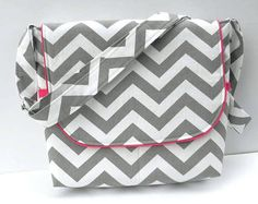 - PURSES, BAGS, WALLETS - I do enjoy a good messenger bag! Here's a grey/white chevron print with hot pink trim. I added pink piping around the flap and the pink li Hand Sewing Projects, Sewing Crafts, Sewing Ideas, Chevron Fabric, Chevron Patterns, Diaper Bag Purse, Diy Wallet, Diy Bags Purses, Wallet Pattern