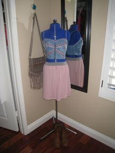Sweat crop top with a light pink skirt feels light and fresh for a summer concert.