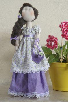 """Produzida artesanalmente a boneca """" Maria Luiza""""  foi inspirada na boneca """"Dorita"""" da  linha """"Bonecas Românticas"""" de Millyta  Vergara.    """"Maria Luiza"""" é encantadora e ótima opção pra presentear pessoas especiais.  Confeccionada em tecido 100 % algodão esta é uma boneca decorativa com base rígida que a mantem em pé. Confeccionada em tecido 100 % algodão e recheada com algodão siliconado, esta é uma boneca decorativa com base rígida que a mantem em pé."""