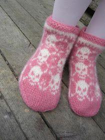 Dödergök: Det här med tvåändsstickning Diy Knitting Mittens, Crochet Socks, Knitting Needles, Happy Socks, Knitting Accessories, Pullover, Twine, Cool Words, Diy And Crafts